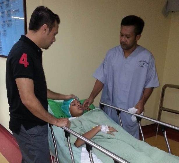 Rezaiman ditemani bapa tirinya, Syed Aiman dan bapa kandungnya, Keifli (kanan) sebelum menjalani pembedahan