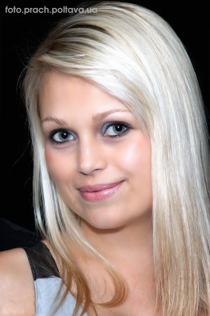 Улыбка девушки с голубыми глазами