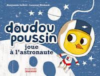 Doudou poussin joue à l'astronaute