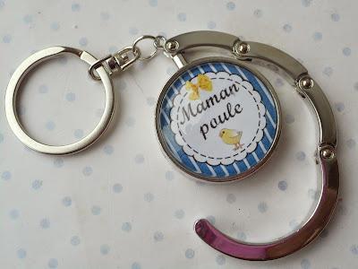 http://www.alittlemarket.com/porte-cles/fr_accroche_sac_porte_cles_cabochon_verre_maman_poule_bleu_blanc_jaune_poussin_fete_des_meres_-14602895.html