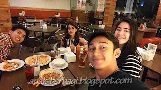 Foto Immanuel Caesar Hito Makan dengan Keluarga