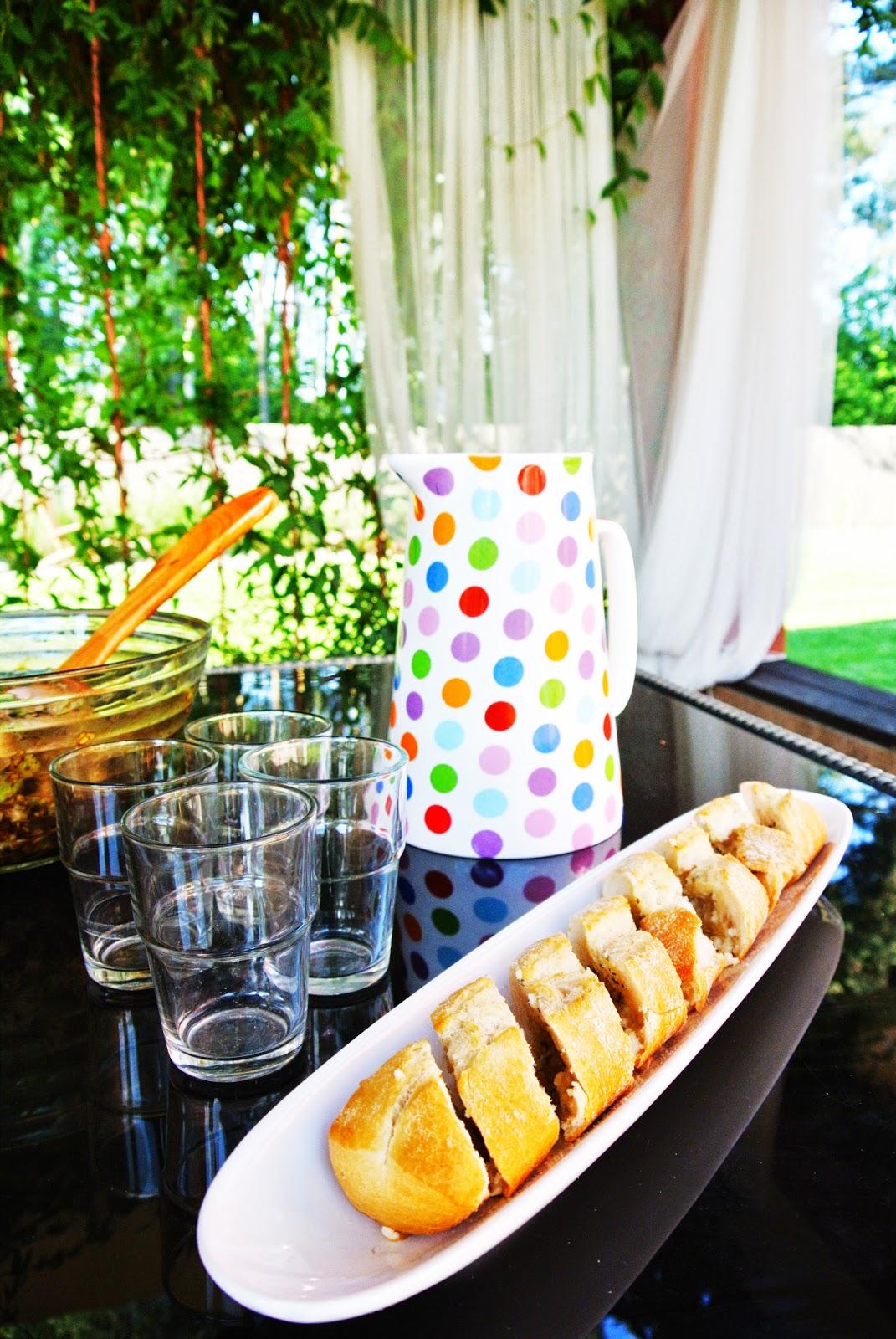 grill,zasłony na tarasie,bagietka,dzbanek w kropki,stół na taras,piękny grill,ogród,zadaszony grill,elegancka altana