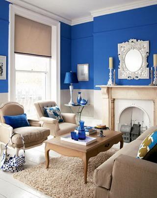 en este caso han pintado todas las paredes con este magnifico azul ail pero para que no llenar en exceso la habitacin han dejado un zcalo en toda ella