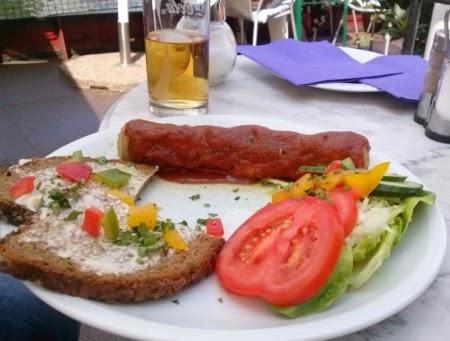Currywurst mit Brot und Salat im Café Deckshaus Historischer Hafen Berlin