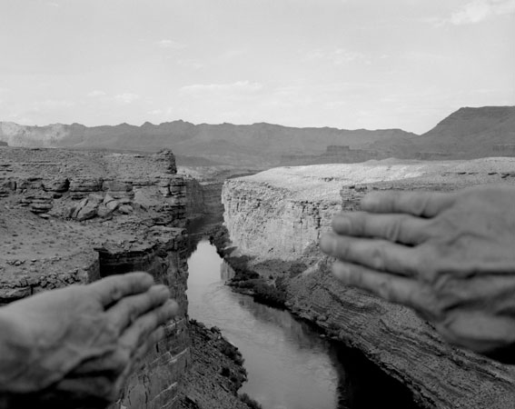 Arno Rafael Minkkinen fotografia corpo fundindo-se a paisagem