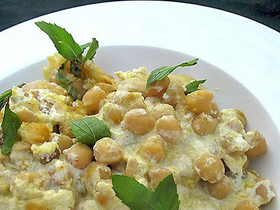 chickpeas with toasted pita breads