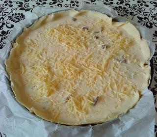 La quiche à base de fromage de chèvre et de champignon avant cuisson