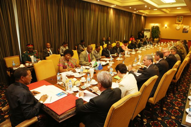 Rais Jakaya M. Kikwete katika mkutano na Mabalozi wa nchi za Jumuiya ya Ulaya (EU) Ikulu jijini Dar es Salaam leo