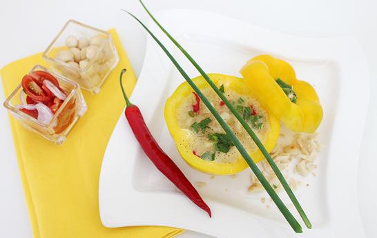 gelbe Paprika-Kartoffel Suppe mit Australian Macadamias (Macadamia-Nüsse)