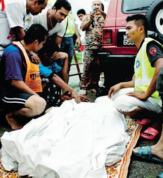 Anggota KSBK membantu mangsa lemas