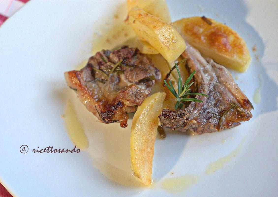 Lombatine di agnello al forno con patate ricetta tradizionale pasquale