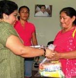 Sonia Cuevas Líder CNC festeja Mamás con entrega de despensas en Calkiní.10may11.