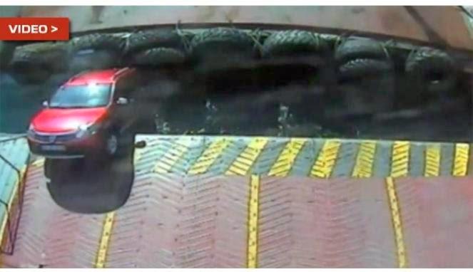 video mobil kecebur di laut