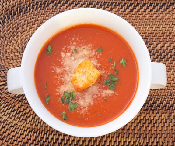 Τοματόσουπα με κρουτόν και παρμεζάνα