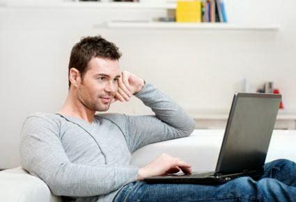 لهذه الأسباب المواعدة الإلكترونيّة خيارك الأفضل  - online dating man