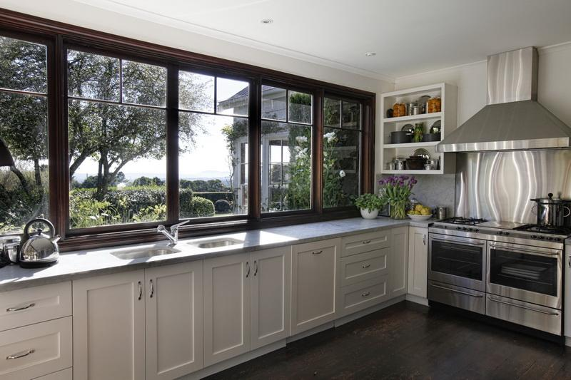 A library of design a picture perfect country house part 2 for Kitchen designs with lots of windows