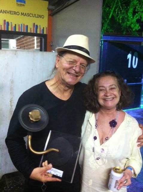 Compositores de 'Cadê a viga?', Cássio e Rita Tucunduva curtem o troféu Marlene
