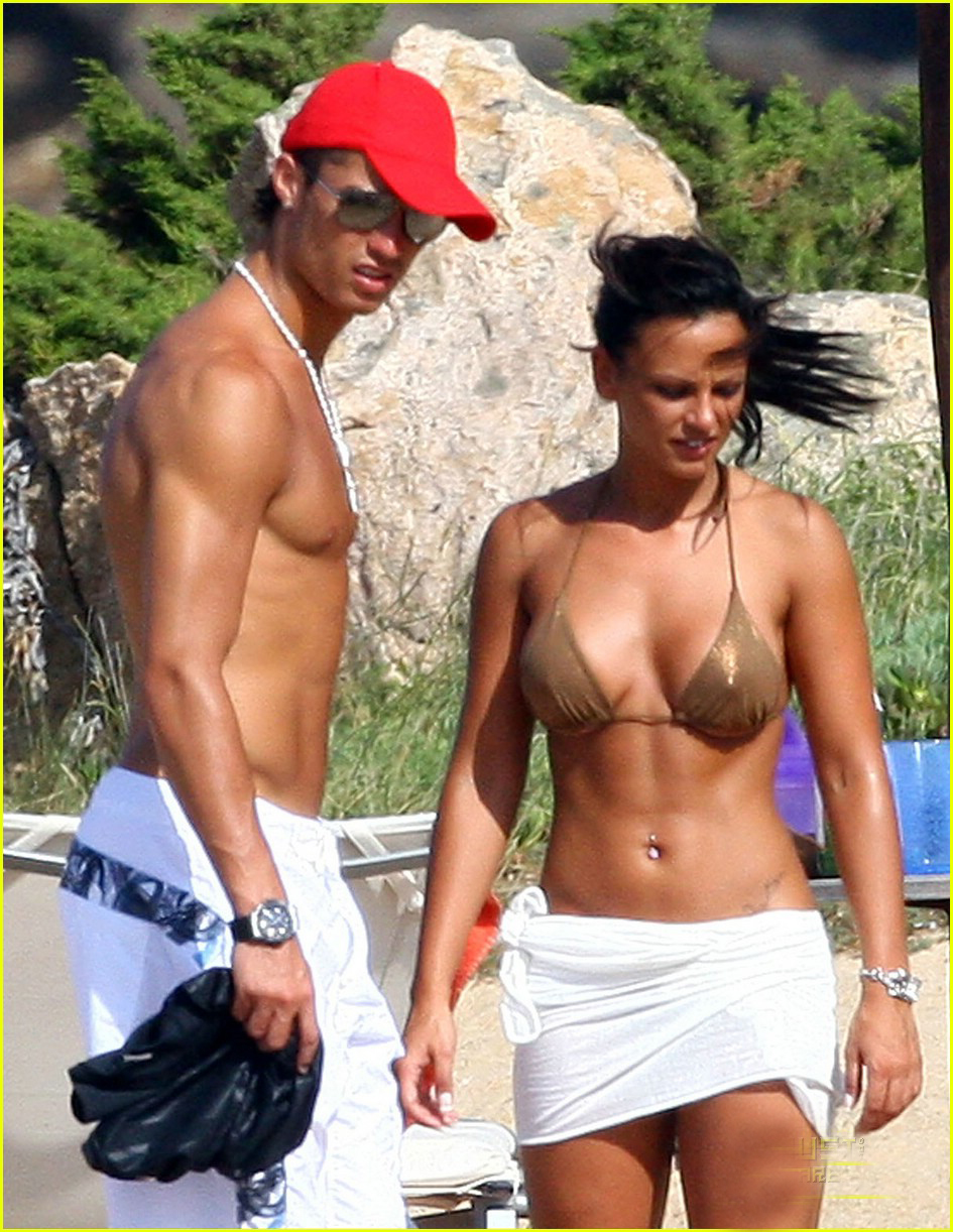 Cristiano Ronaldo With His Hot Girlfriend At Beach