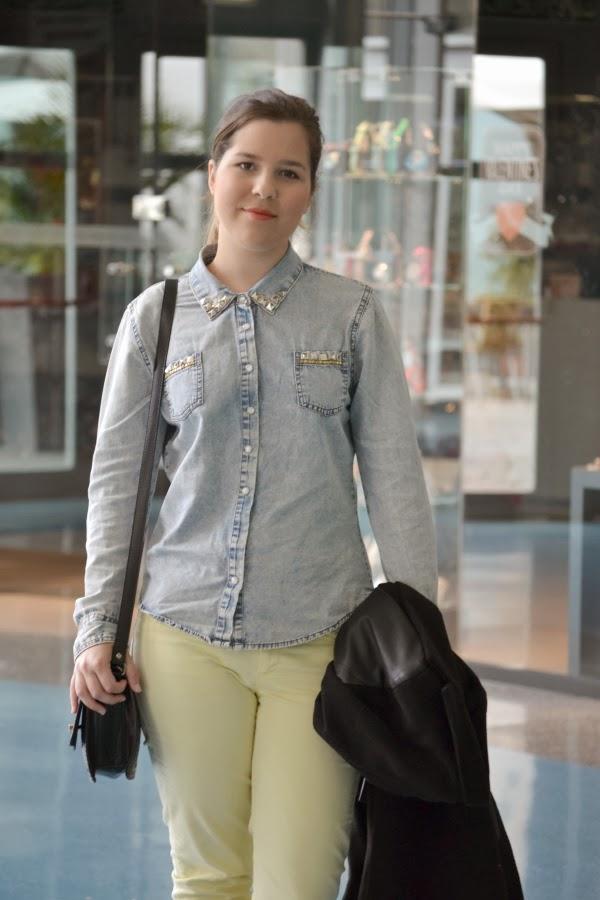 look_outfit_pantalón_amarillo_abrigo_mangas_polipiel_camisa_vaquera_nudelolablog_05