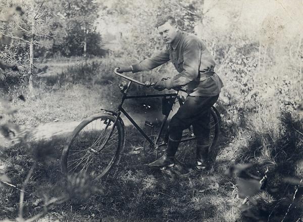 офицер с велосипедом