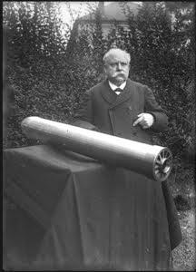 Eugène Turpin pose avec un obus