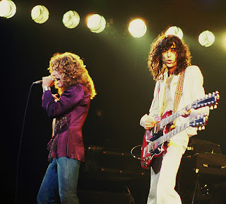 Imagen de un concierto en Illinois, Chicago, 1977, en la que aparecen Jimmy Page y Robert Plant interpretando Stairway to Heaven (AutorJim Summaria; cc:by-sa)