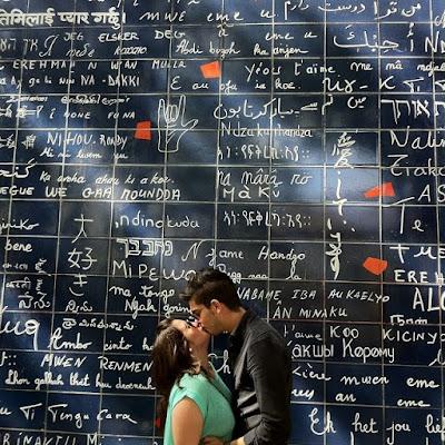 baiser amoureux devant le mur des je t'aime