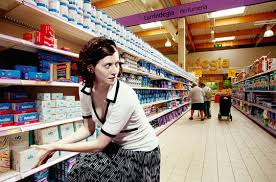 Cleptomaníaca de classe média roubando produto em supermercado.