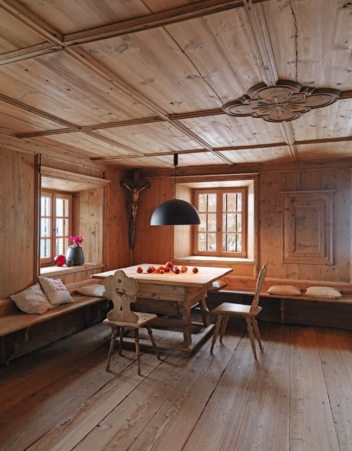 una casa rustica moderna-comedor -bancos a medida-sillas rusticas