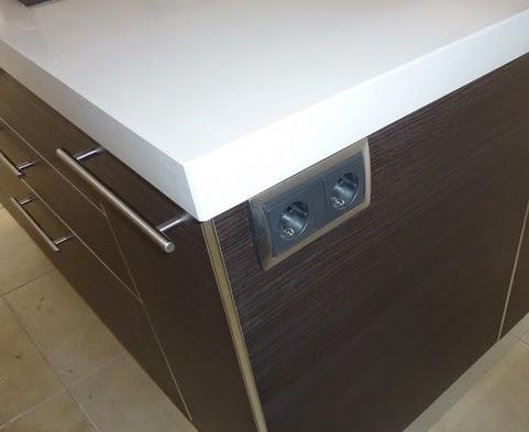 Sfera 3 islas de cocina soluciones para los enchufes for Cocina encimera electrica