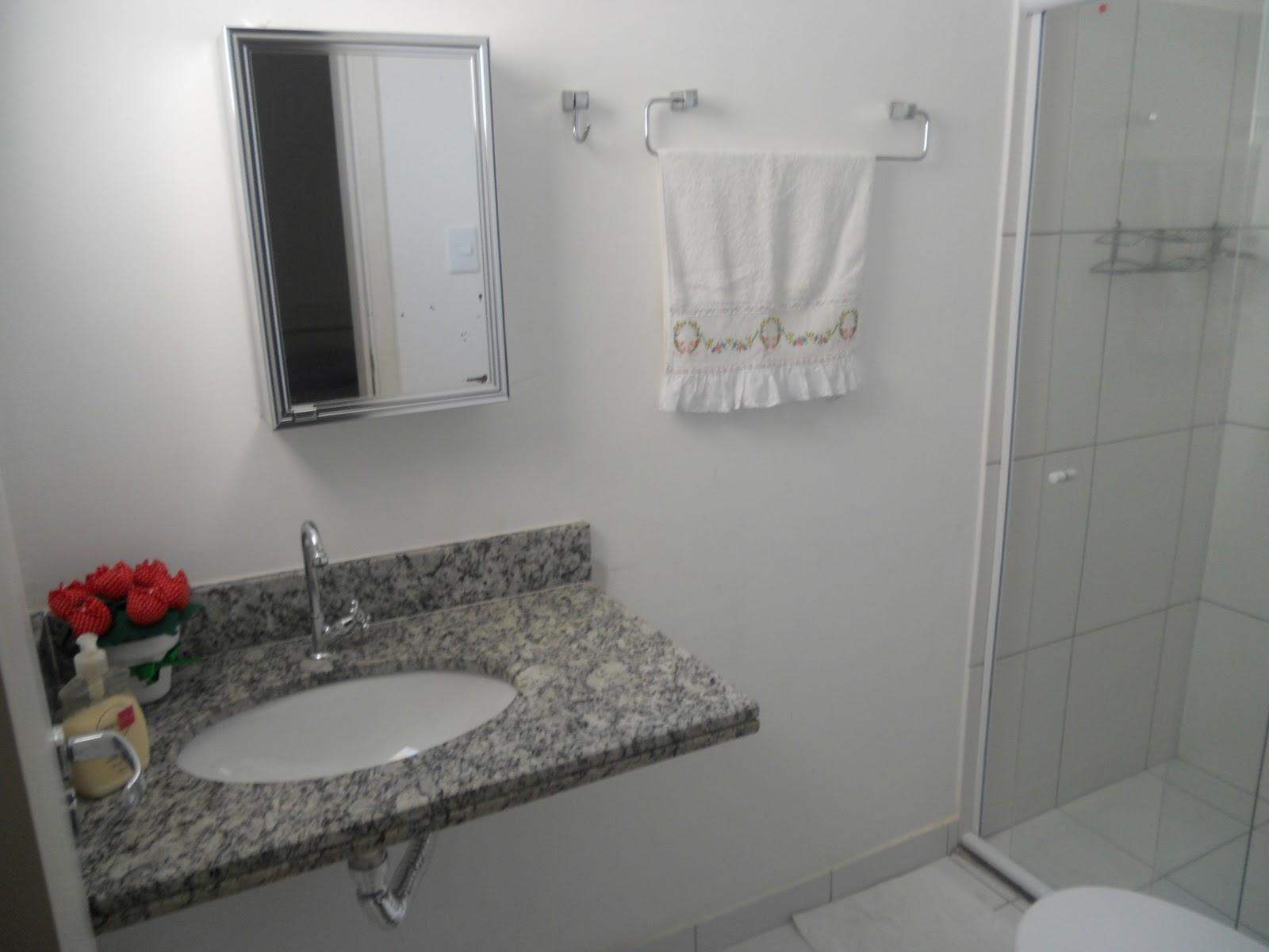 Reforma dos banheiros Social e Suíte: bancada com cuba; box em vidro  #6C2928 1600 1200