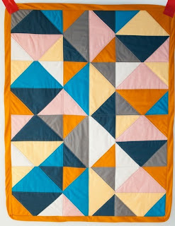 http://translate.google.es/translate?hl=es&sl=en&u=http://shwinandshwin.com/2015/01/2-triangles-quilt-pattern-free-pattern.html&prev=search