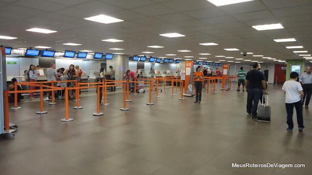 Balcões de check-in no Aeroporto Internacional Hercílio Luz - Florianópolis