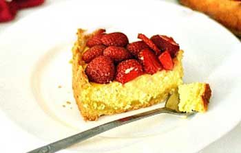 Еще как вариант, храните чизкейк в холодильнике без украшения верхушки ягодами и лишь перед подачей выложите свежую клубнику.