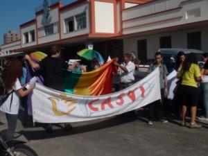 Ato público organizado pela ONG uniu cerca de 40 pessoas na sexta-feira (Foto: Eduardo Guidini)