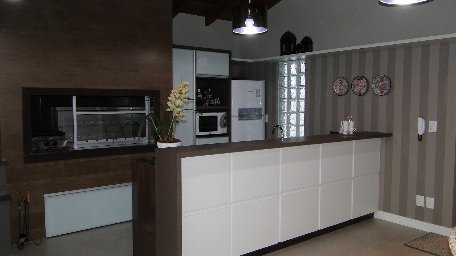 feito por arquiteto: arquitetura de interiores  cozinha para área de  #595B72 1600x900 Banheiro Com Granito Marrom Absoluto