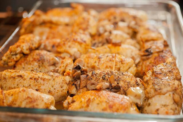 Roladki z kurczaka z pieczarkami, serem żółtym i suszonymi pomidorkami