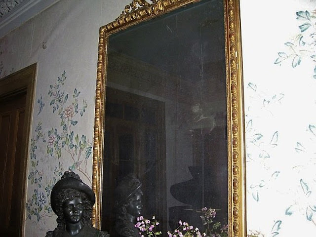 cermin terkutuk yang di yakini berisi arwah dari seorang wanita-1