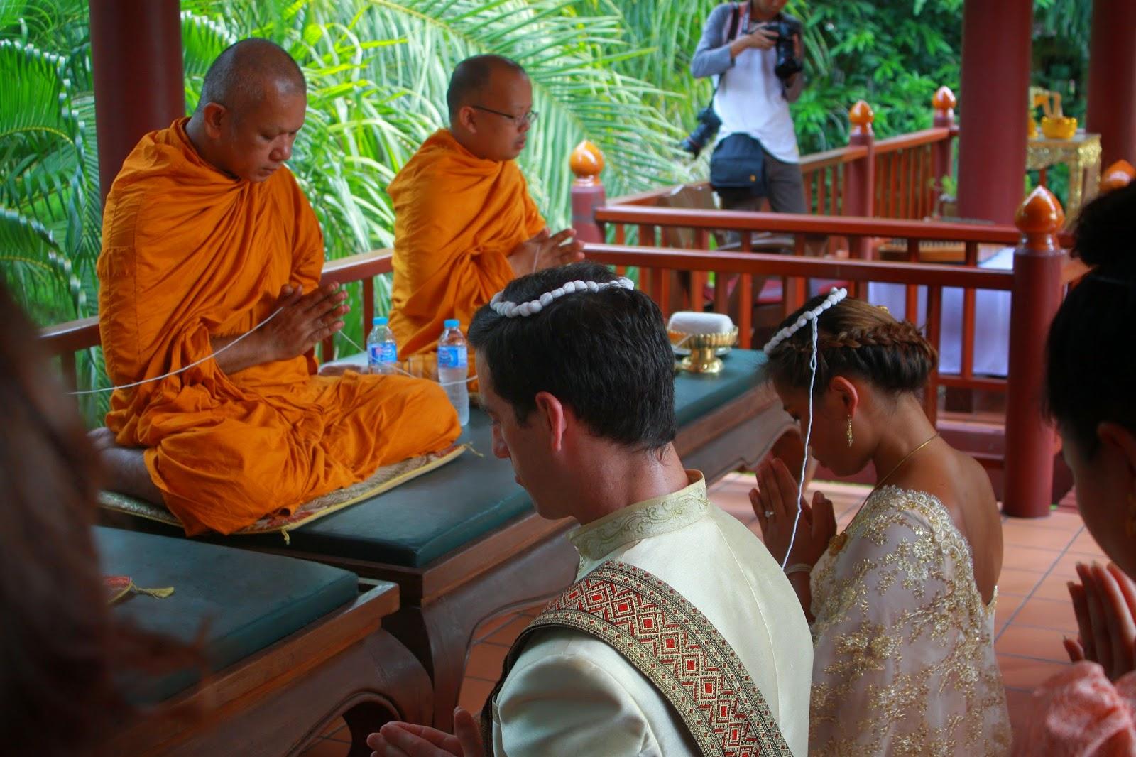 Sợi chỉ mang điềm lành đến cho đôi vợ chồng Thái Lan