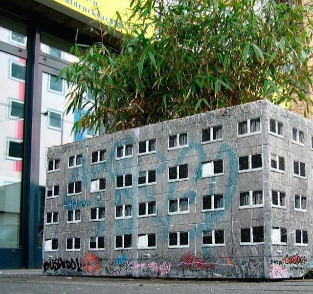 Edificio sobre una planta. Arte callejero, street art