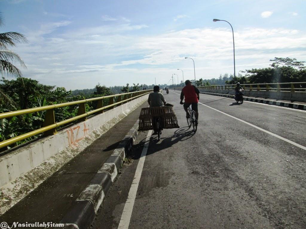 Berangkat kerja menaiki sepeda