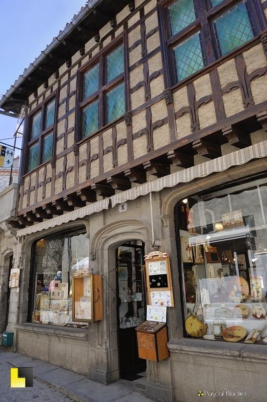 Boutique dans les ruelles de la cité de Carcassonne photo pascal blachier