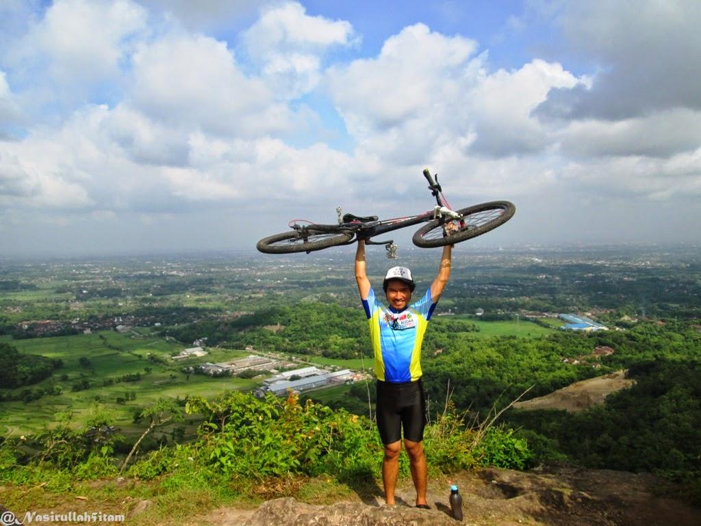 Foto dulu dipuncak Mbucu pakai sepeda