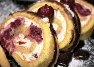 Бисквитный рулет с творожным кремом и вишней