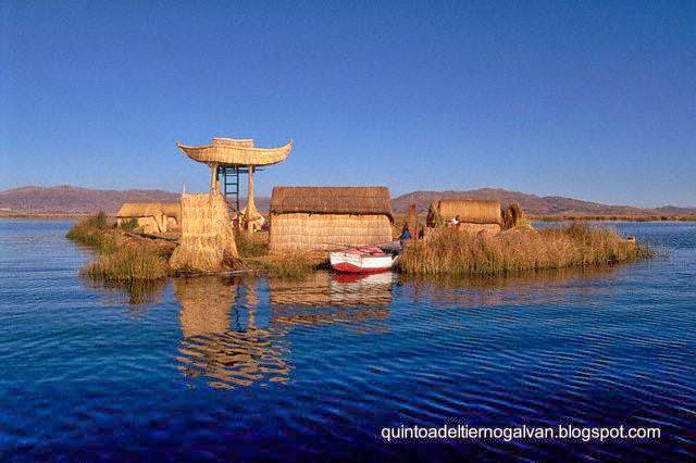Isla de totora con casas en el Titicaca