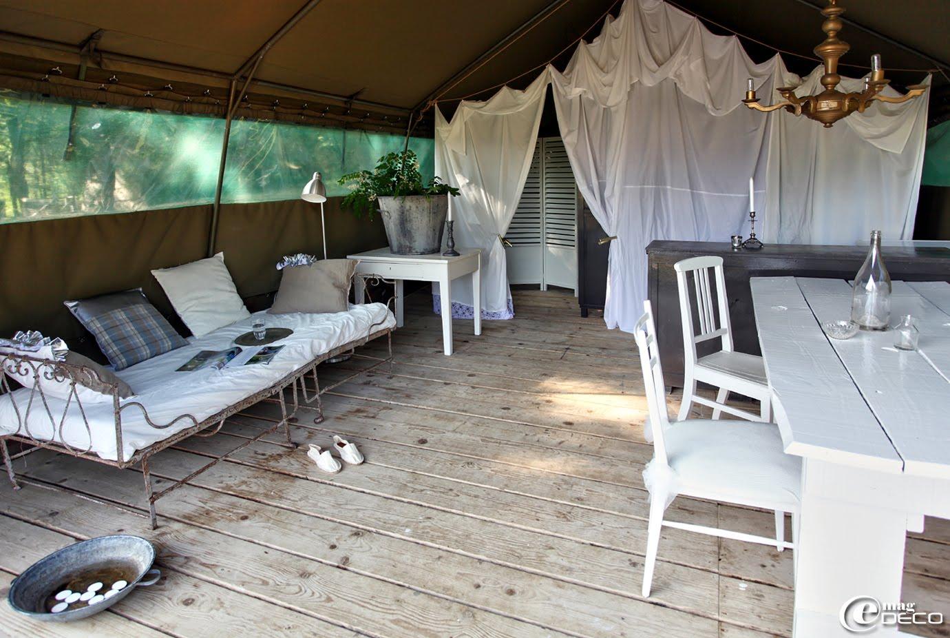 Grande tente familiale au Camping Les Ormes meublée avec du mobilier chiné