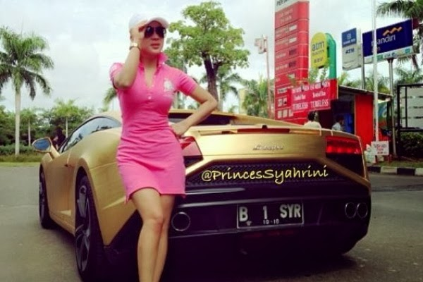 Plat Lamborghini Emas Syahrini Palsu