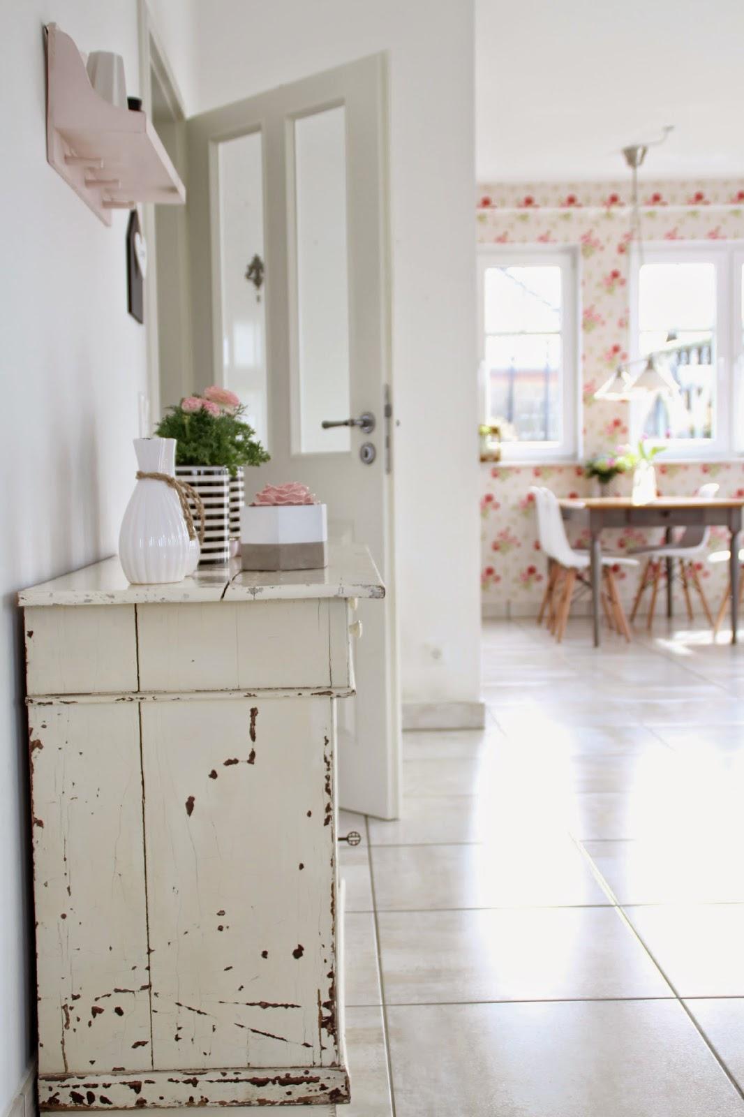 Weiß/schwarz dekorierte Kommode mit Blick zum Küchentisch