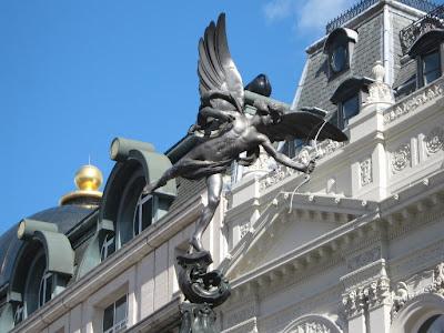 La ciudad de londres. Piccadilly circus. turismo en londres. que ver en londres. La estatua de bronce de Eros, en el centro de la plaza Picadilly Circus, es la célebre plaza de Londres de la que parten las más importantes calles de la ciudad.