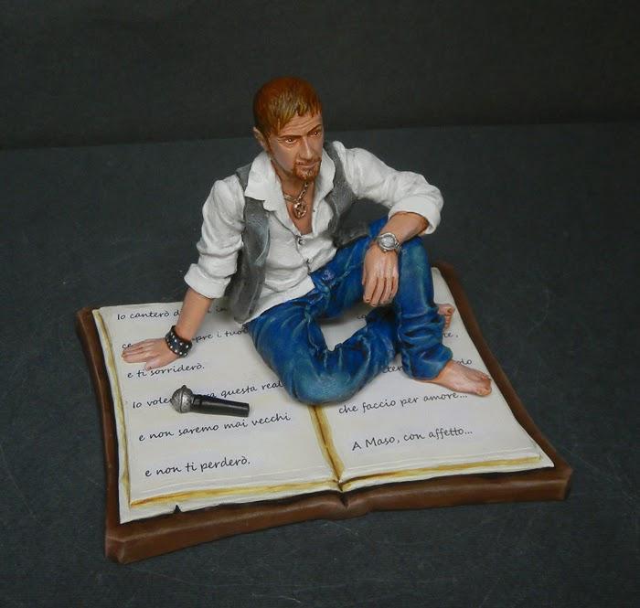 statuina somigliante realistica da foto masini microfono seduto orme magiche